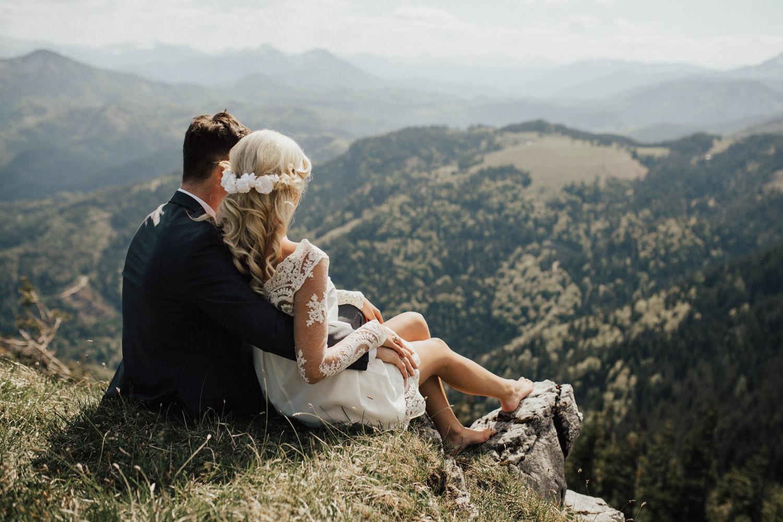 Brautpaar genießt die Aussicht