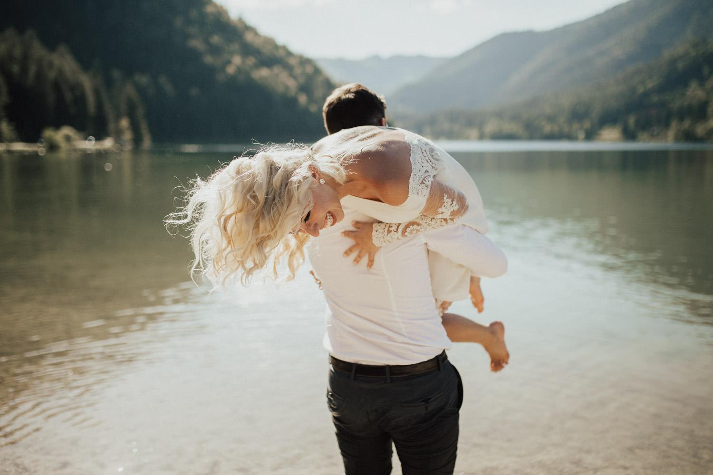 in den See springen als Braut und Bräutigam