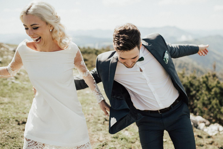 lachende Braut und Bräutigam