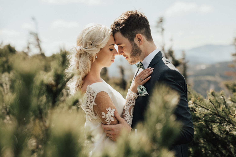 verliebtes Brautpaar im Boho Stil