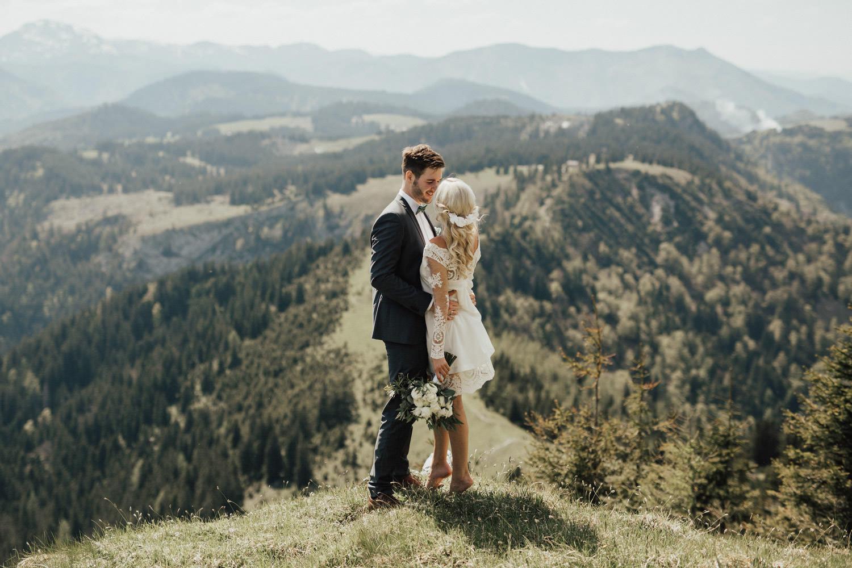 Hochzeitspaar mit Aussicht auf Berge