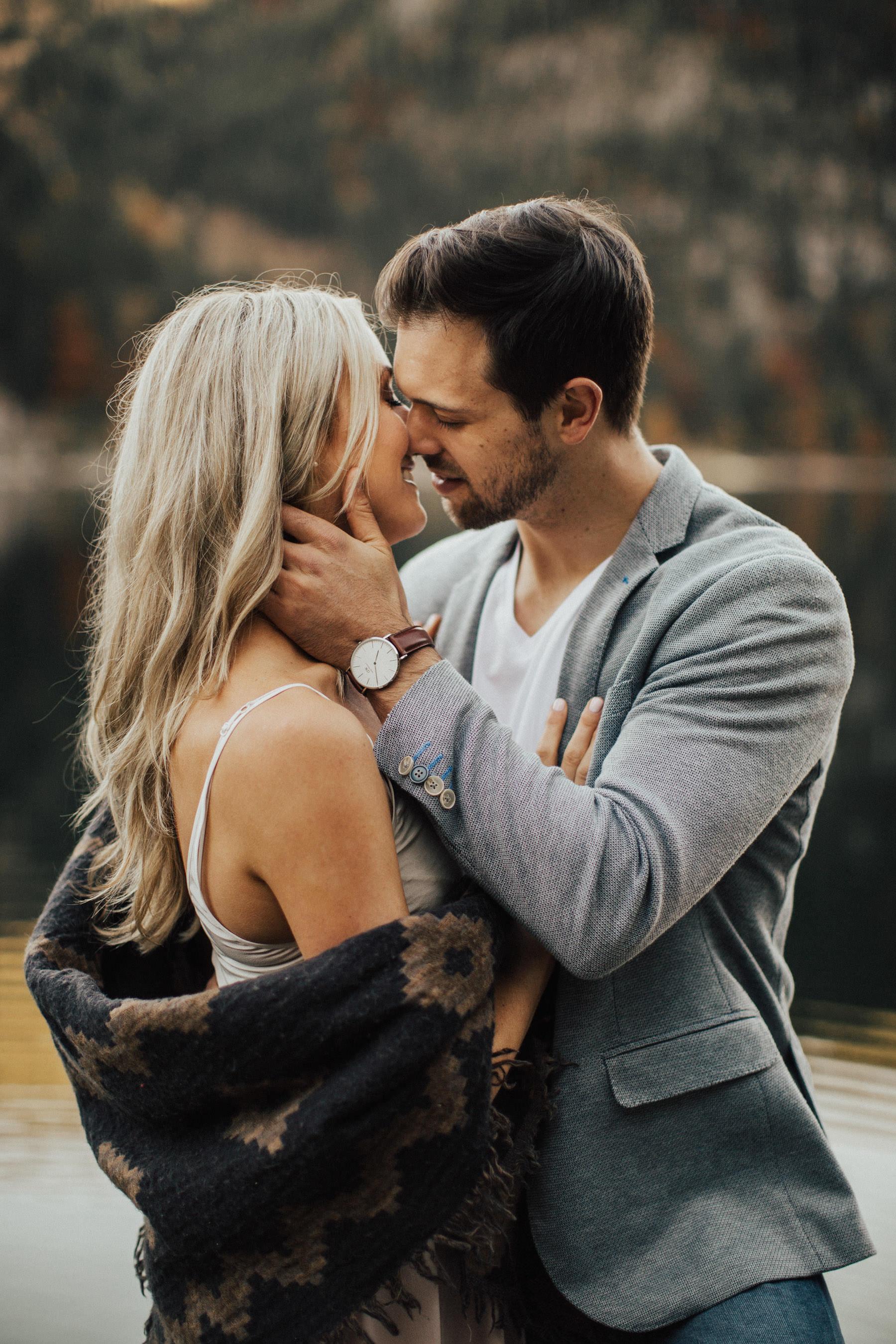 küssendes Paar mit verschwommenem Hintergrund und Licht von hinten