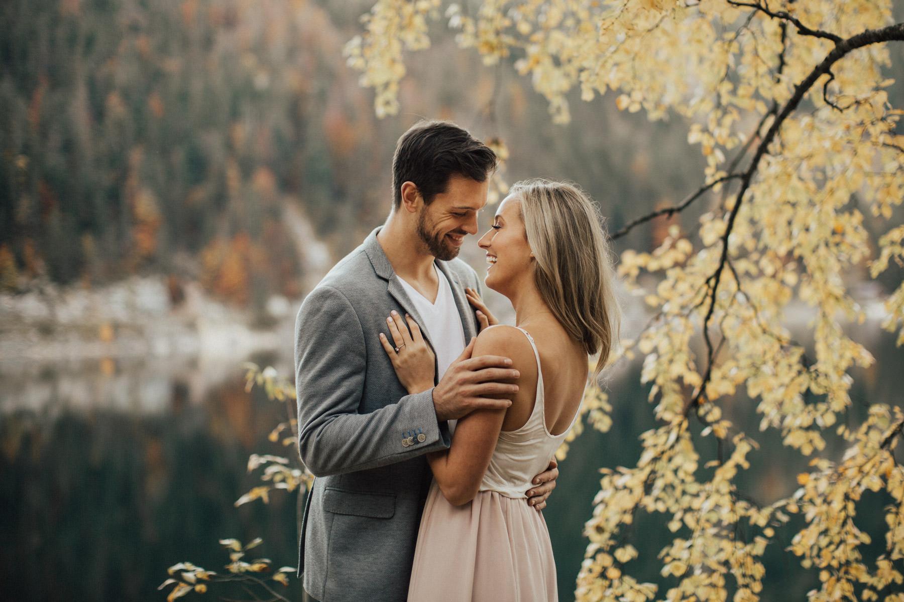 gepostes Paar im Herbst
