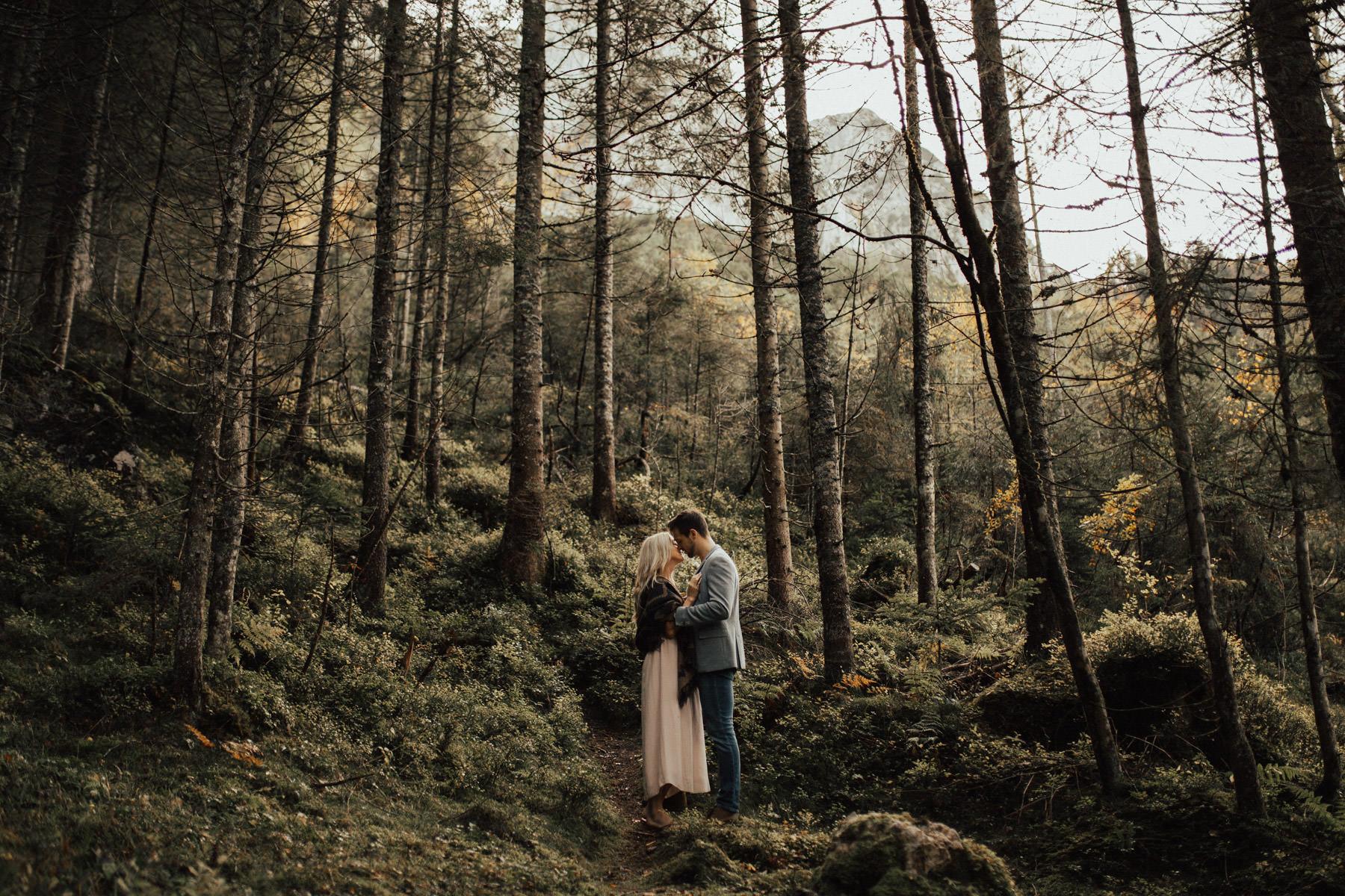 schöne Paarfotos im Wald