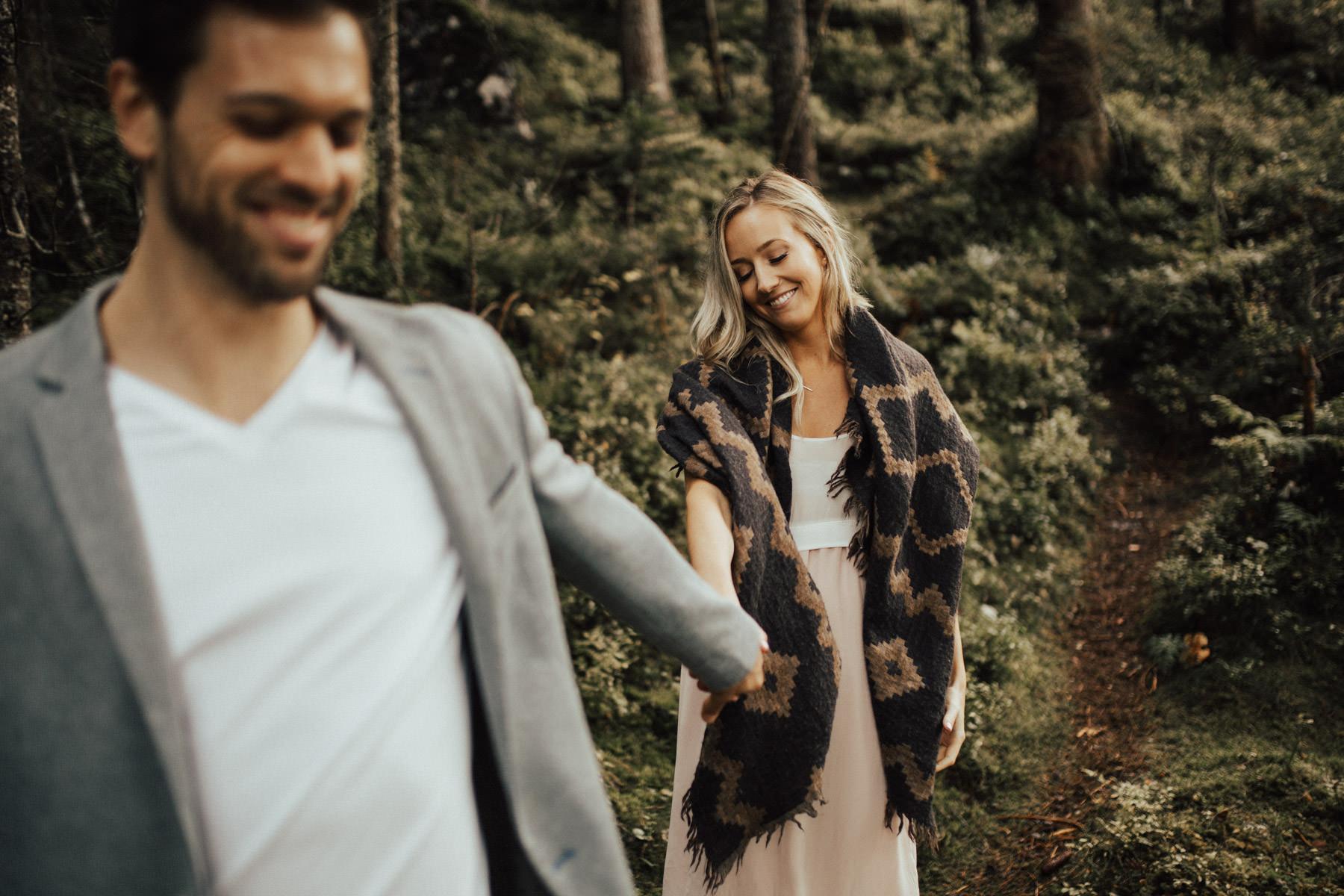 gehendes Paar im Wald
