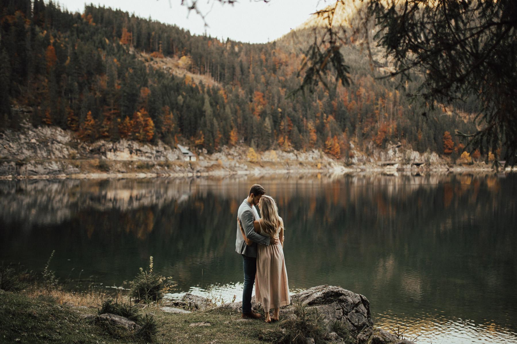 Verlobungsfotos vor einem spiegelnden See