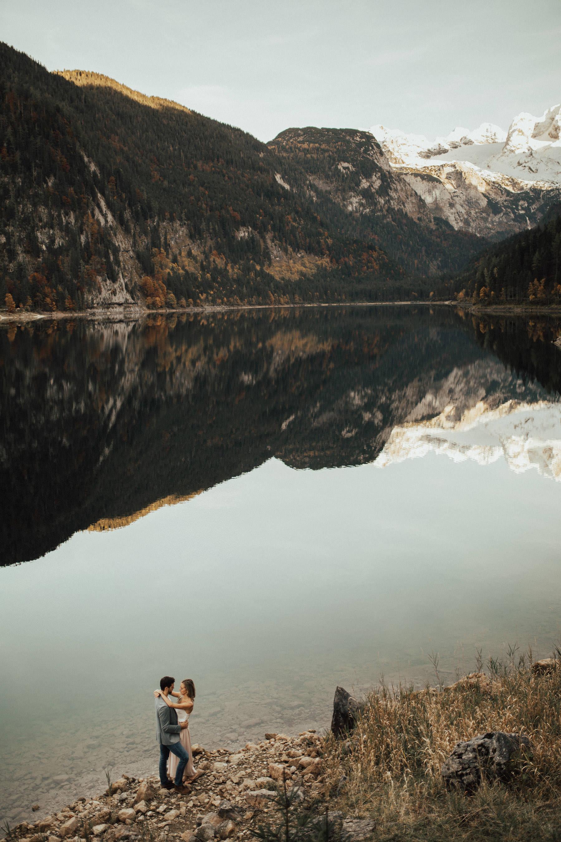 wunderschöne Landschaft mit Pärchen am Gosausee