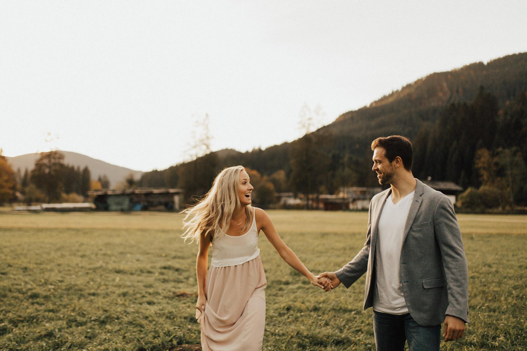 lachendes Paar im Sonnenuntergangslicht