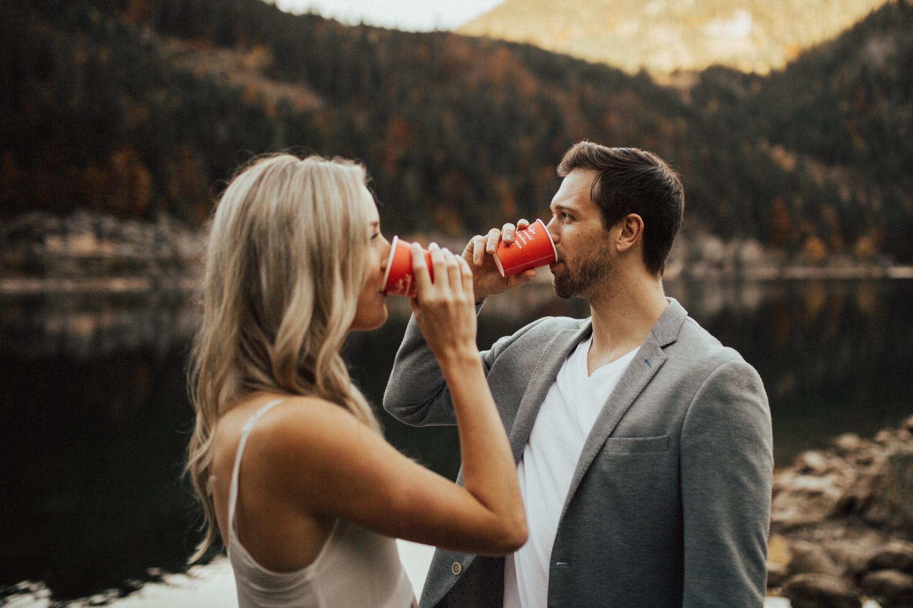trinkendes Paar am Gosausee