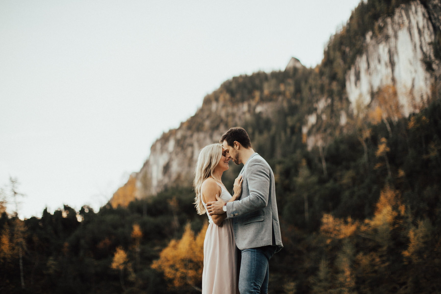 küssendes Paar vor wunderschöner Landschaft