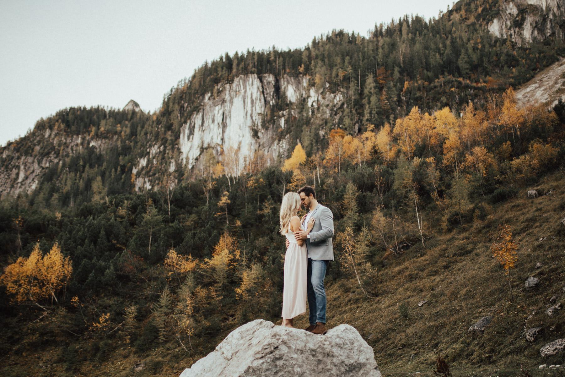 posierendes Paar vor imposanter Landschaft