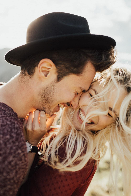 glücklich lachendes paar in der sonne