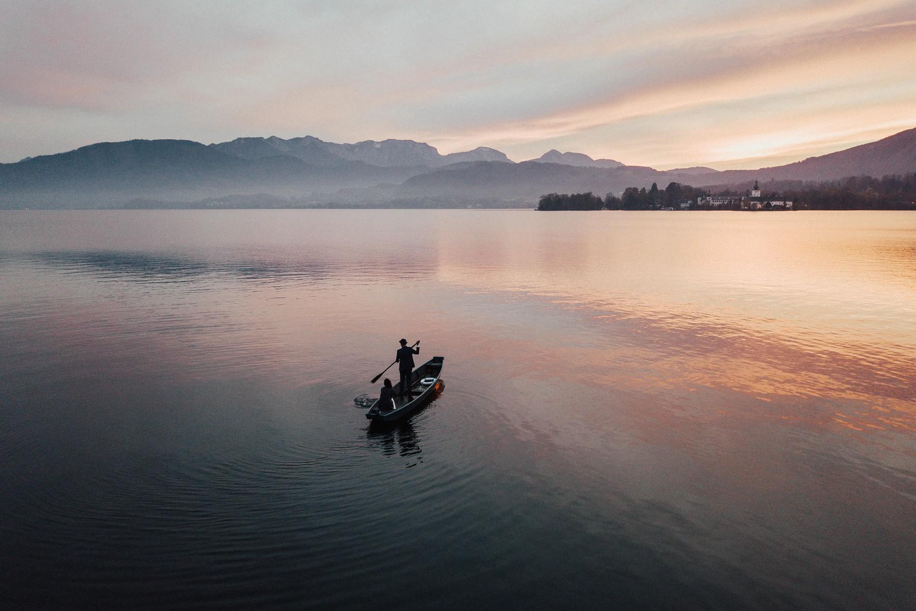 Sonnenuntergang am Traunsee und Hochzeitspaar am Boot